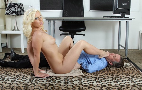blonde-gets-naughty-in-the-office